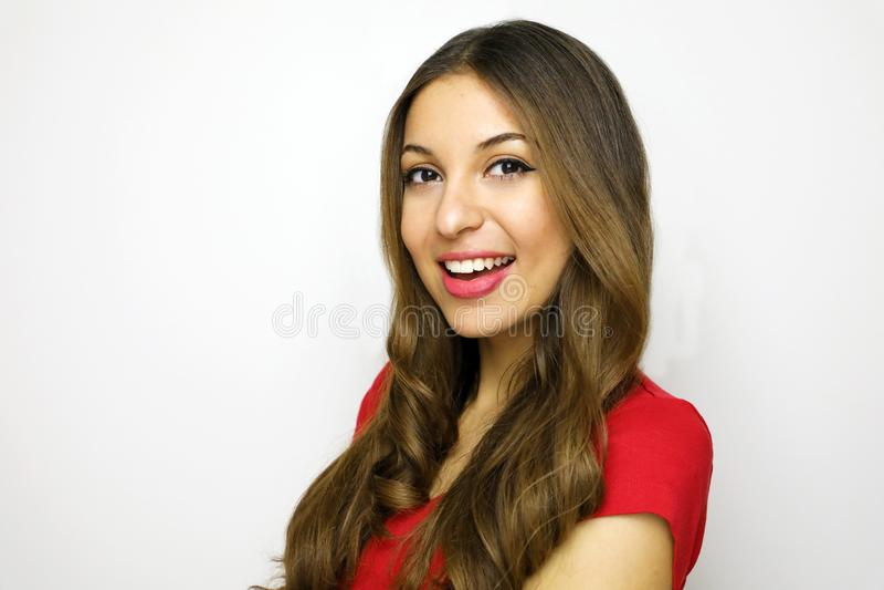 Jeune femme d'affaires attirante regardant à l'appareil-photo sur le fond blanc Portrait de belle fille gaie avec le T-shirt roug photographie stock libre de droits