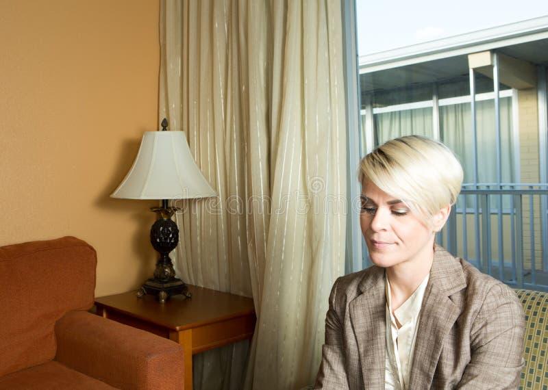 Jeune femme d'affaires attirante travaillant dans un hôtel photographie stock