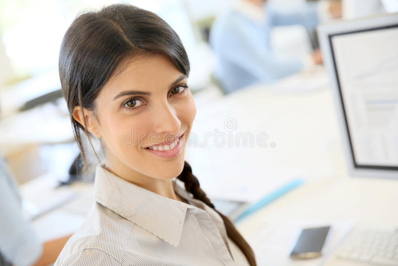 Jeune femme d'affaires au bureau photos stock