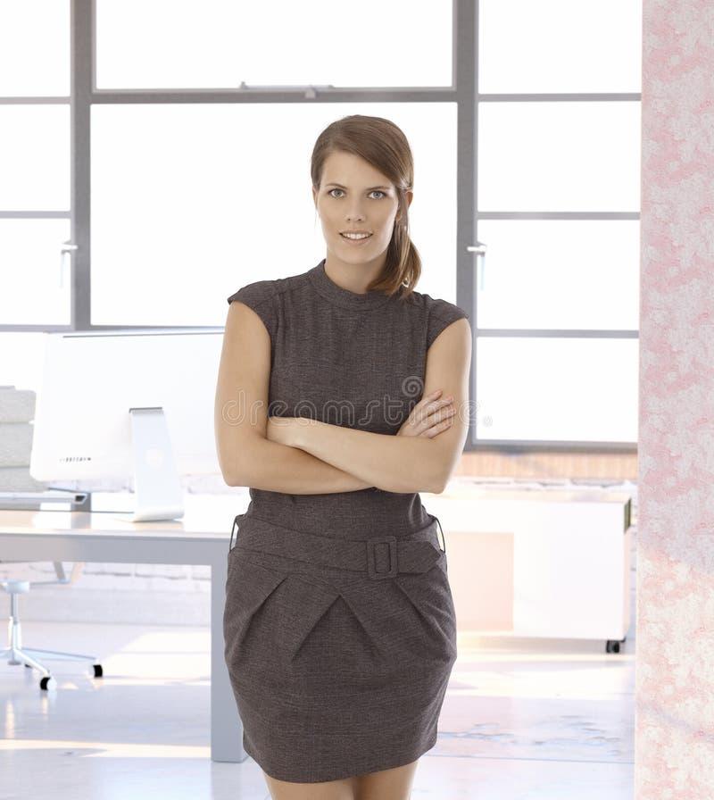 Jeune femme d'affaires au bureau moderne image stock