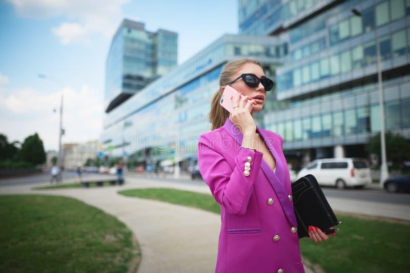 Jeune femme d'affaires au téléphone Concept d'entreprise image stock