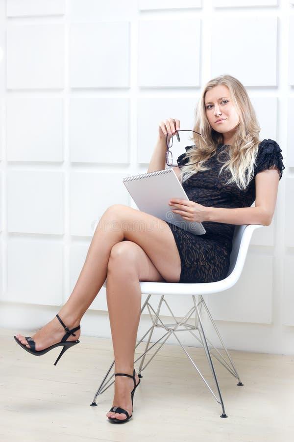 Jeune femme d'affaires avec des dossiers photo stock