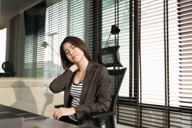 Jeune femme d'affaires avec douleur cervicale image libre de droits