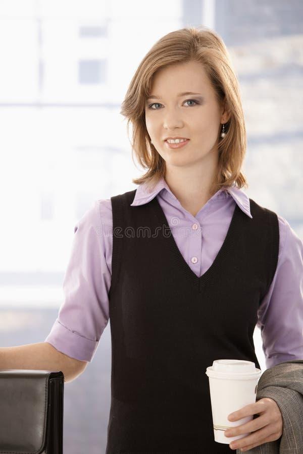 Jeune femme d'affaires avec du café à aller photo stock