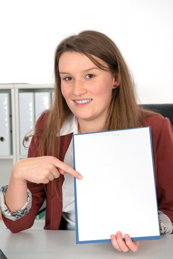 Jeune femme d'affaires avec l'enseigne images libres de droits