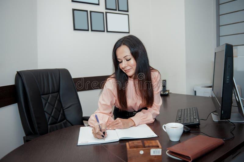 Jeune femme d'affaires avec l'ordinateur dans le bureau photos stock