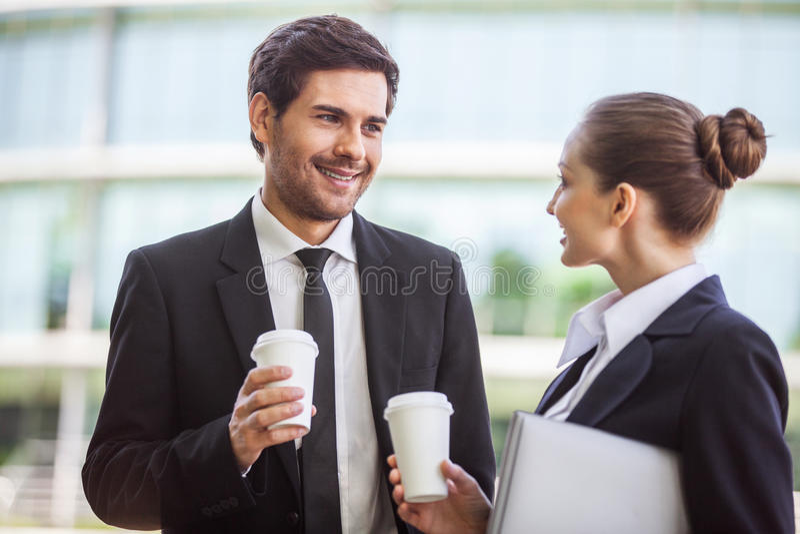Jeune femme d'affaires avec la discussion masculine de collègue photos stock