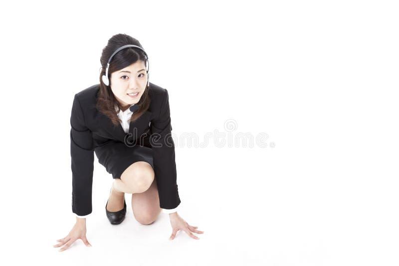 Jeune femme d'affaires avec la ligne de départ image stock