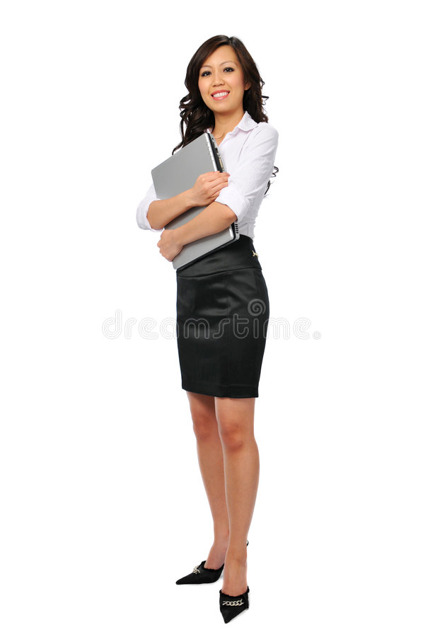 Jeune femme d'affaires avec la position d'ordinateur portatif photographie stock