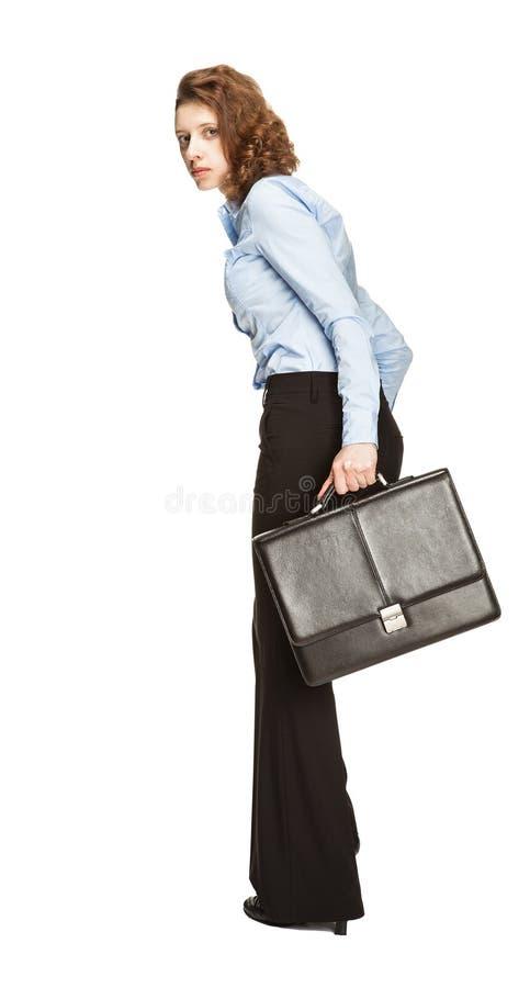 Jeune femme d'affaires avec la serviette fonctionnant loin dans l'effroi photographie stock