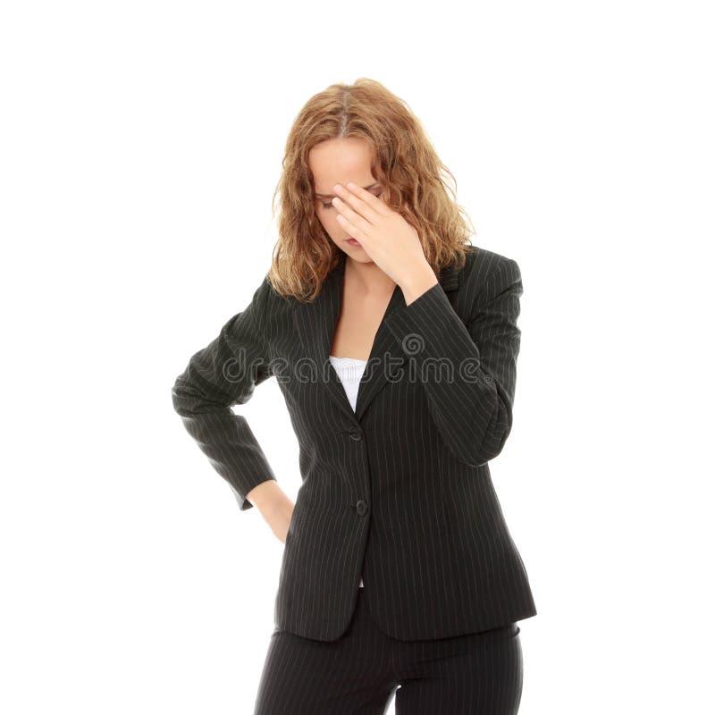 Jeune femme d'affaires avec le mal de tête images stock