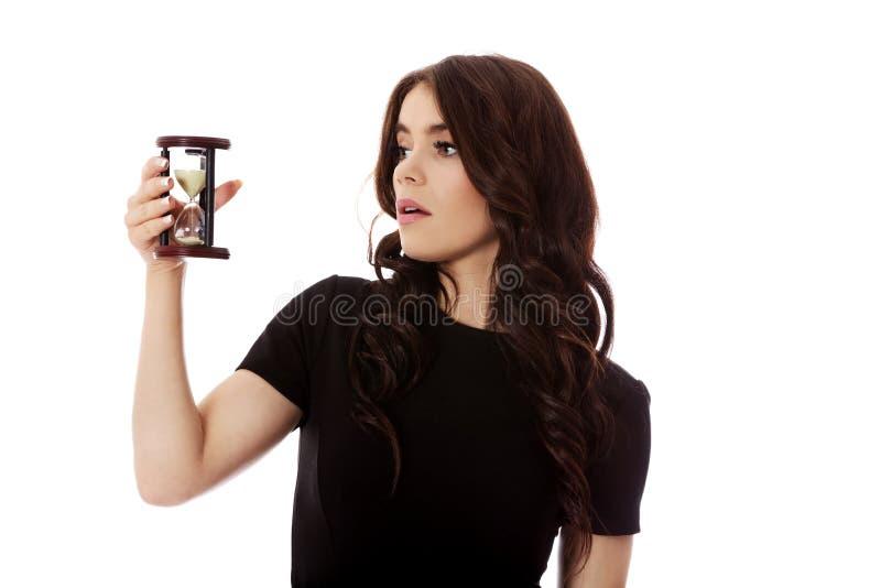 Jeune femme d'affaires avec le sablier - calez le concept photographie stock libre de droits