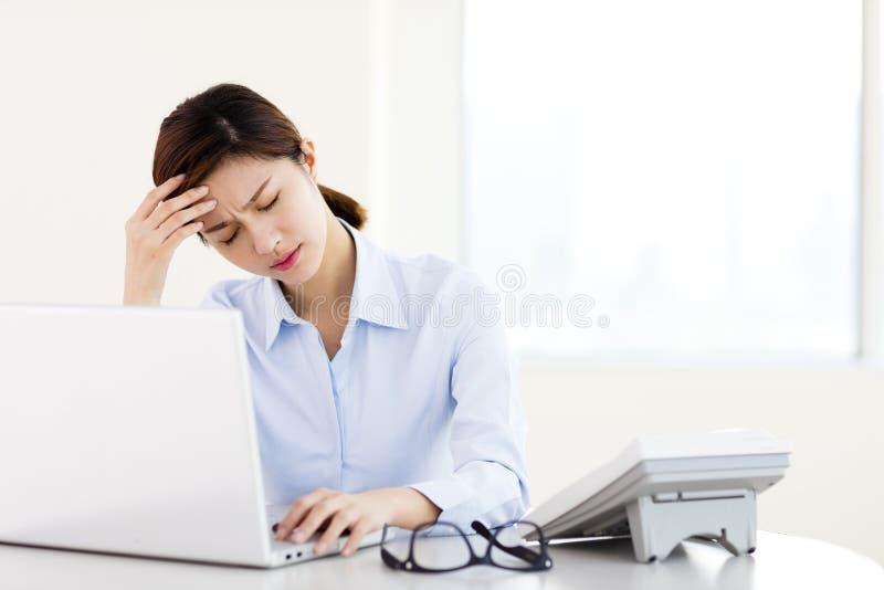 Jeune femme d'affaires avec les yeux fatigués et le mal de tête photo libre de droits