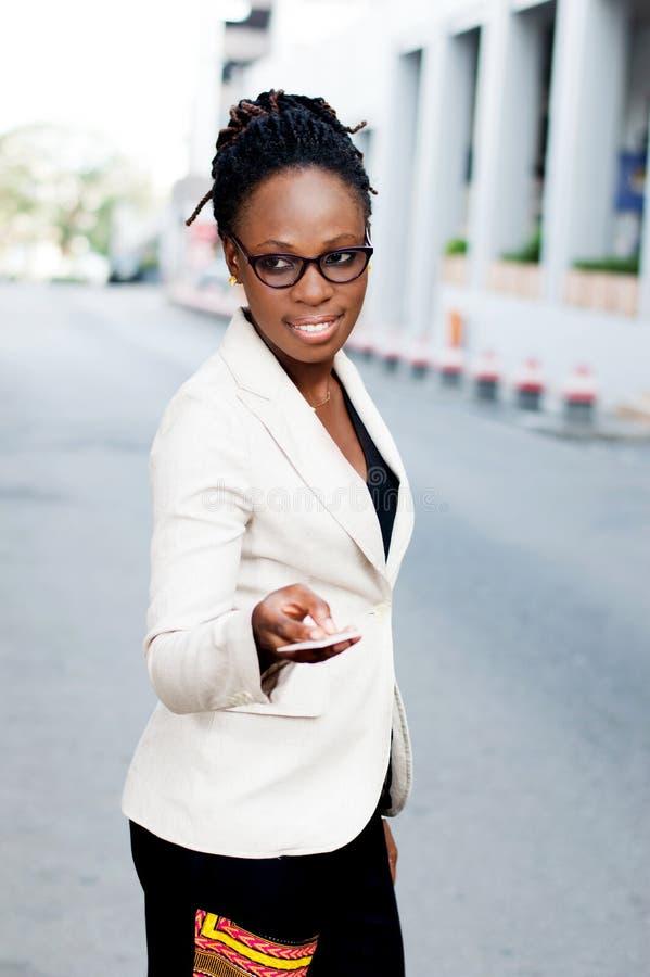 Download Jeune Femme D'affaires Avec Une Carte De Crédit Image stock - Image du rassemblement, abidjan: 116401607