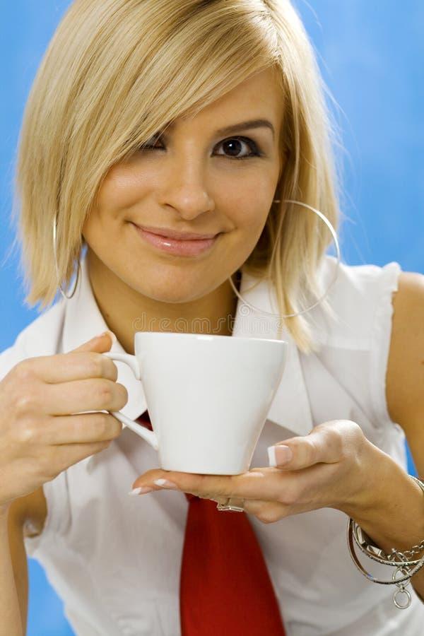 Jeune femme d'affaires avec une tasse de café photographie stock