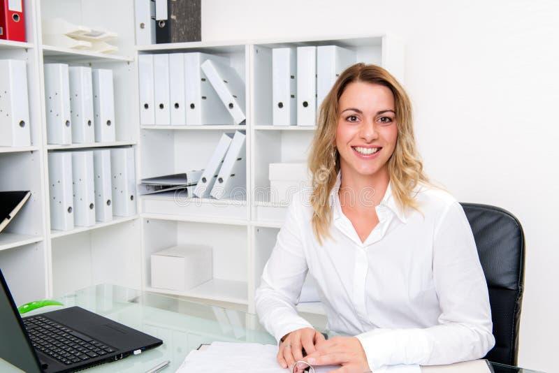 Jeune femme d'affaires blonde photographie stock libre de droits