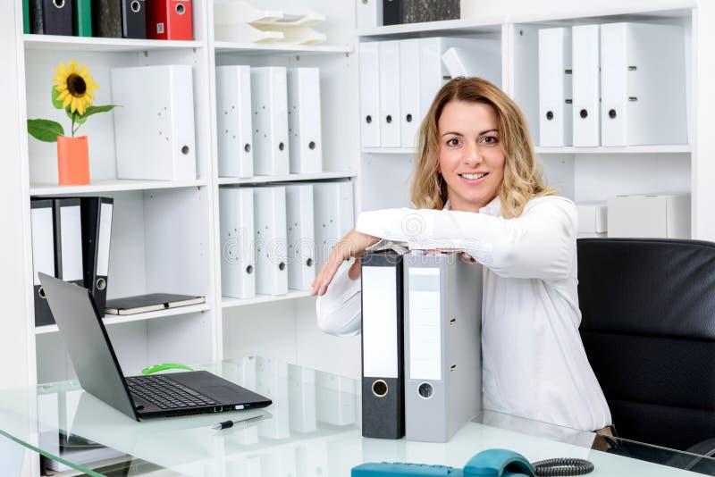 Jeune femme d'affaires blonde photo stock