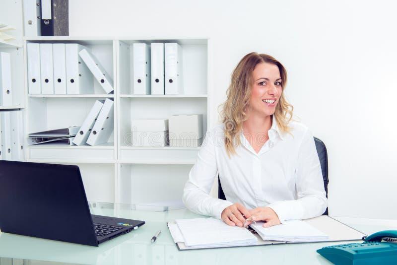 Jeune femme d'affaires blonde image stock