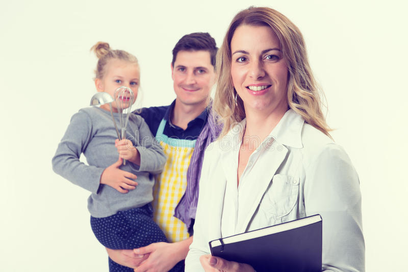 Jeune femme d'affaires blonde et son mari avec l'enfant dans le backgrou photographie stock