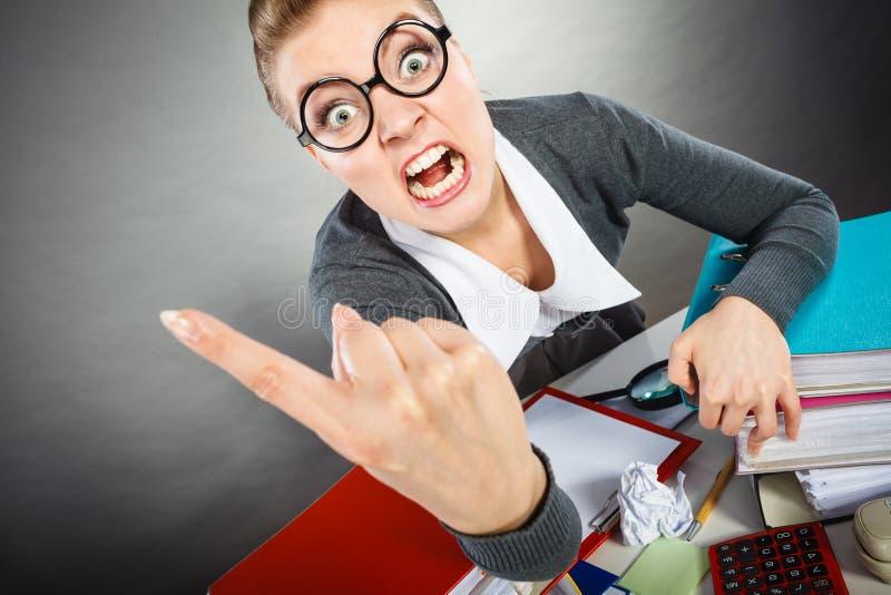 Jeune femme d'affaires blonde furieuse fâchée photo stock