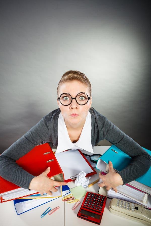 Jeune femme d'affaires blonde furieuse fâchée photographie stock libre de droits