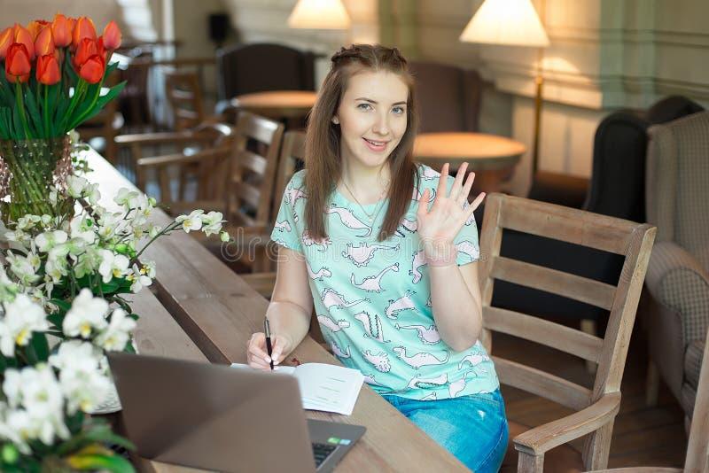Jeune femme d'affaires caucasienne en café se reposant à la table avec le regard fixe réfléchi photos libres de droits