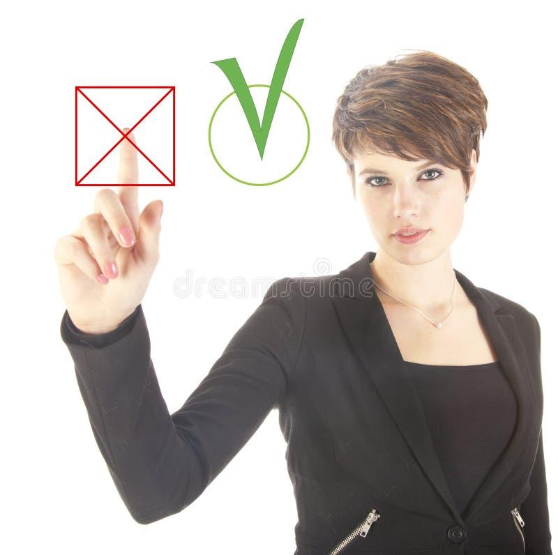 Jeune femme d'affaires choisissant non au-dessus oui de d'isolement image stock
