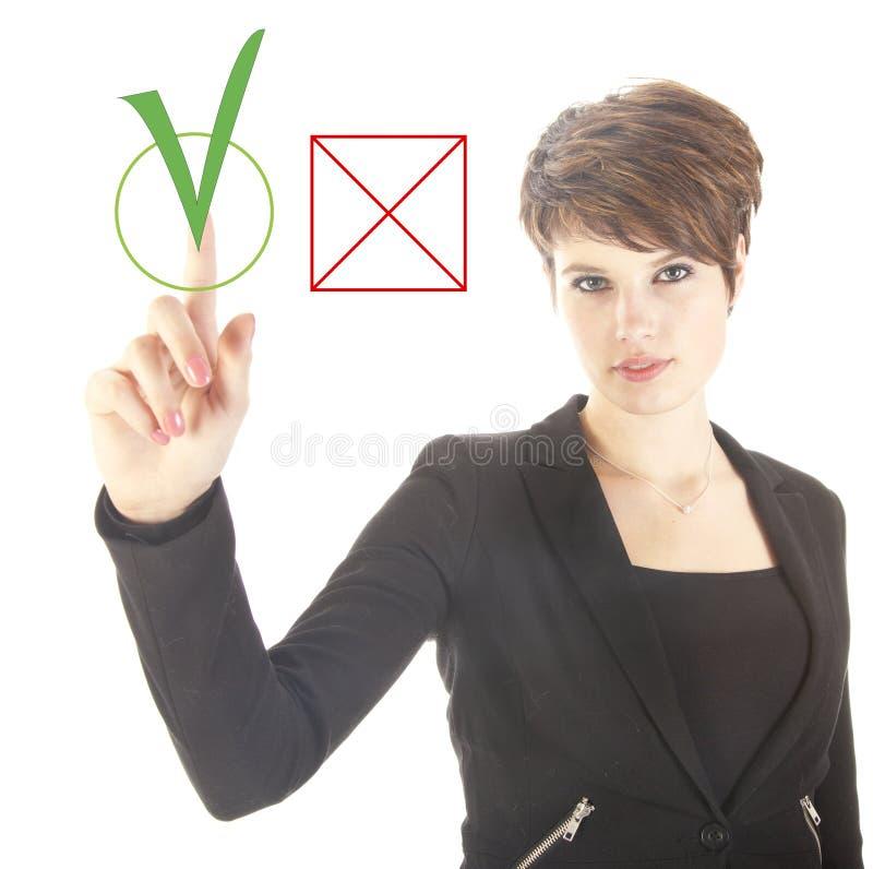Jeune femme d'affaires choisissant oui au-dessus de l'aucun d'isolement images stock