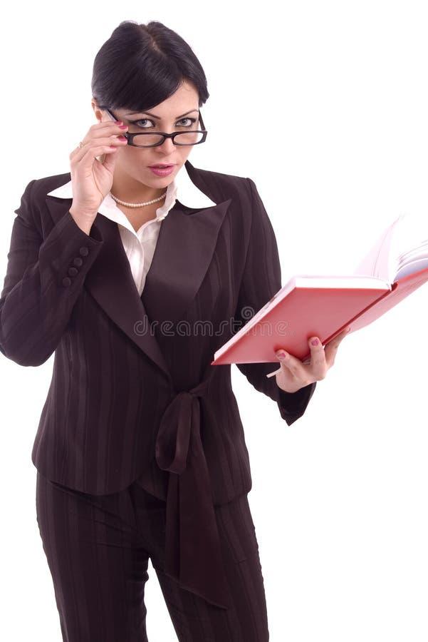 Jeune femme d'affaires contrôlant son ordre du jour photos libres de droits