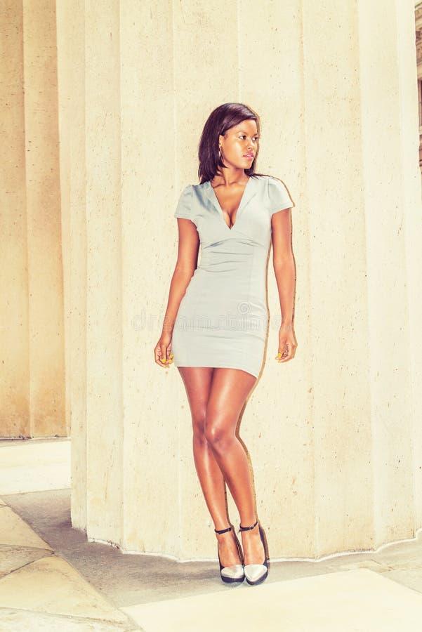 Jeune femme d'affaires d'Afro-américain prenant l'extérieur i de pause photographie stock libre de droits