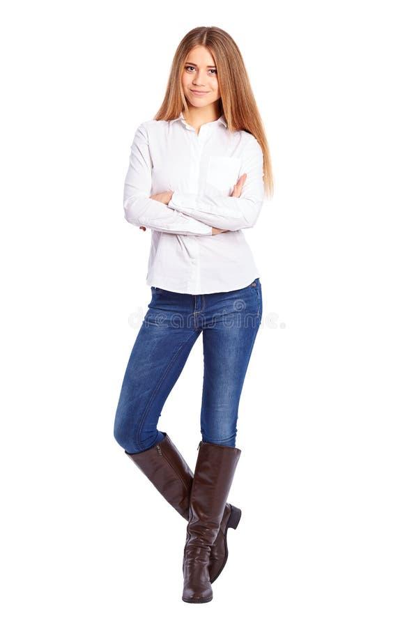 Jeune femme d'affaires dans la chemise blanche se tenant avec les bras croisés image stock