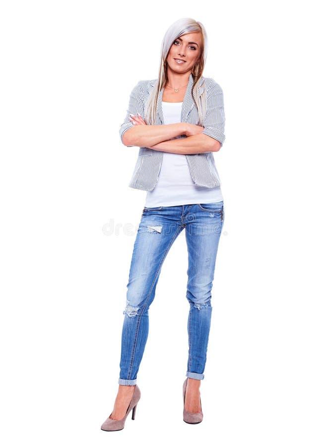 Jeune femme d'affaires dans le costume avec les bras croisés images stock