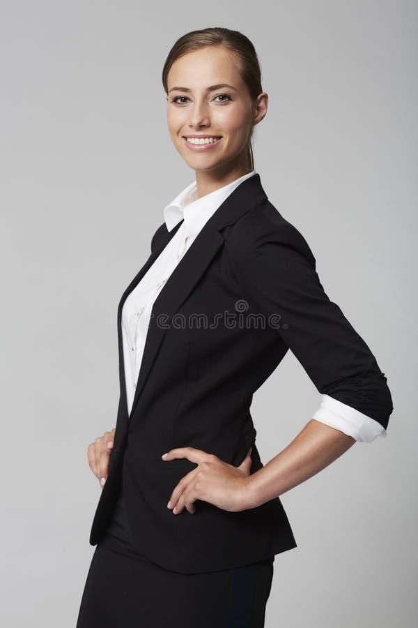 Jeune femme d'affaires dans le studio images stock