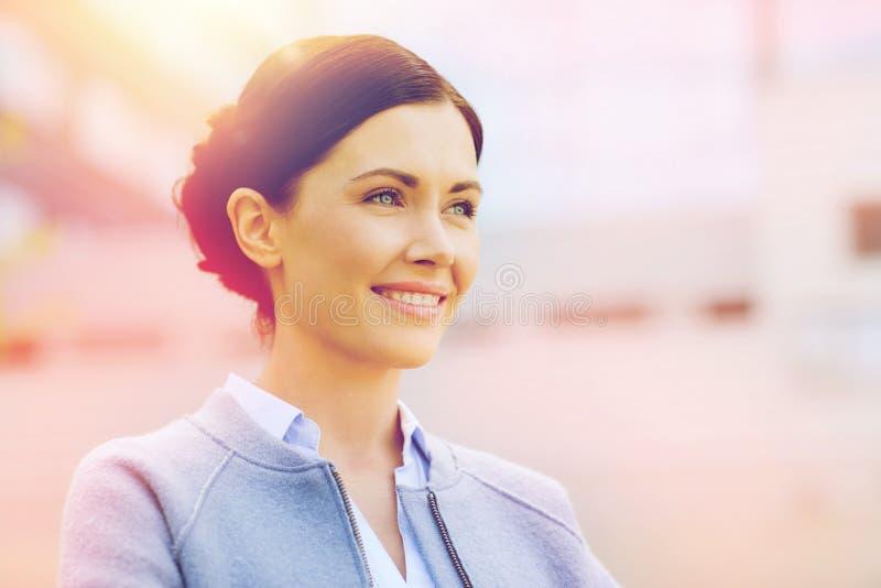 Jeune femme d'affaires de sourire au-dessus de l'immeuble de bureaux images stock