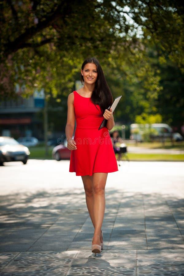 Jeune femme d'affaires dehors un jour d'été photos libres de droits