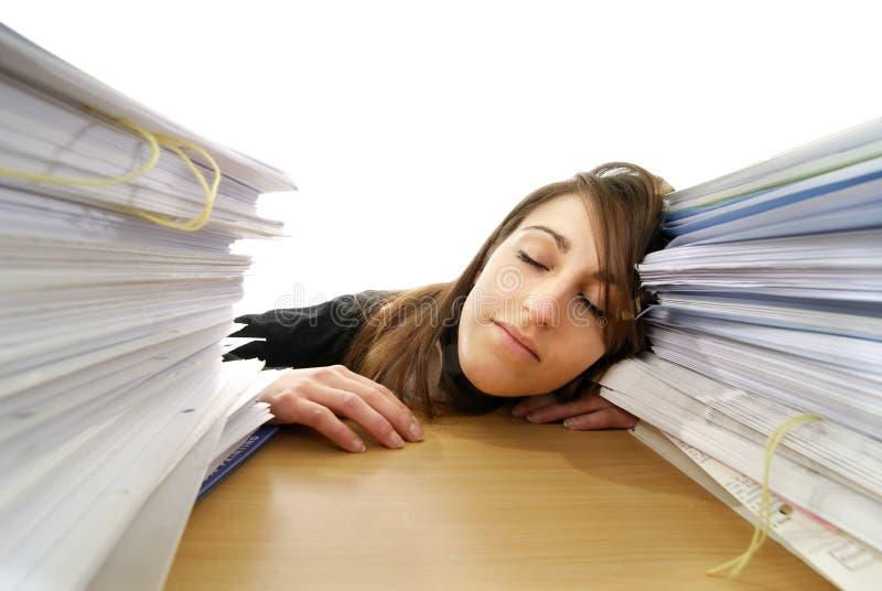 Jeune femme d'affaires dormant sur son bureau photographie stock libre de droits