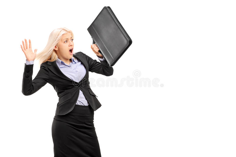 Jeune femme d'affaires effrayée se protégeant avec la serviette et le gesturi photo libre de droits
