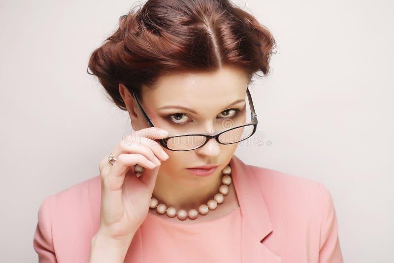 Jeune femme d'affaires en verres de port roses image libre de droits