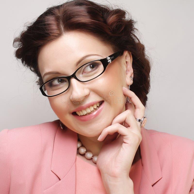 Jeune femme d'affaires en verres de port roses photos stock