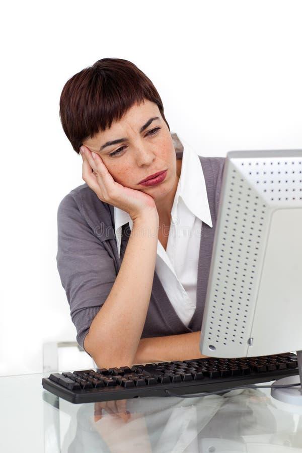Jeune femme d'affaires ennuyée à son bureau image libre de droits