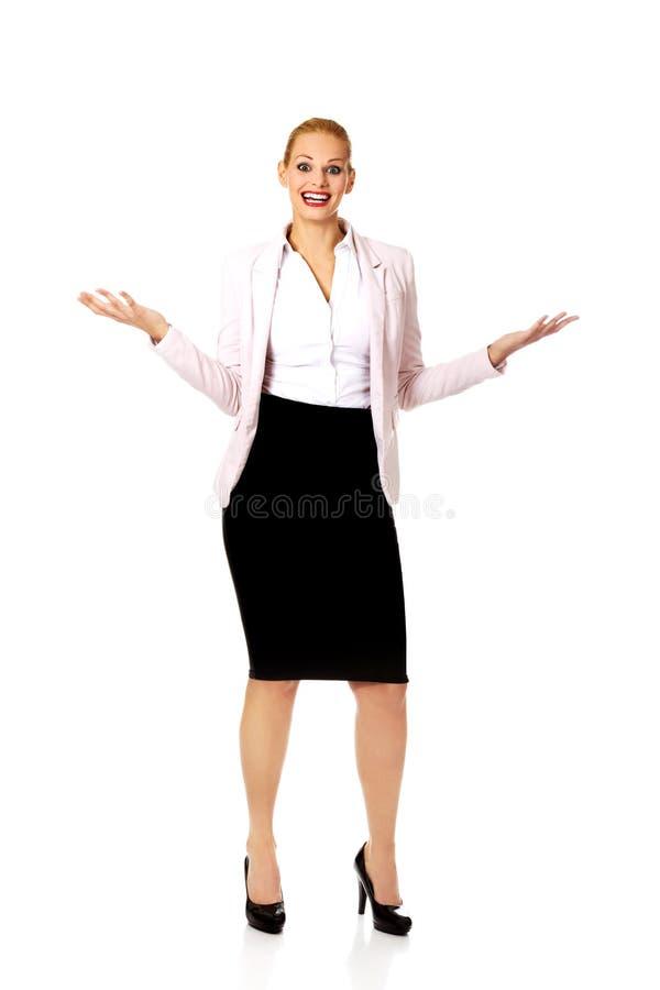 Jeune femme d'affaires essayant d'attraper quelque chose photos stock