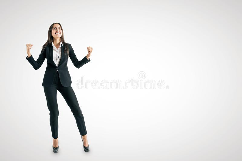 Jeune femme d'affaires européenne célébrant le succès photo libre de droits