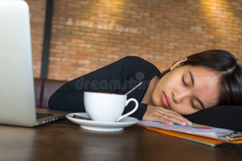 Jeune femme d'affaires fatiguée dormant au café photo libre de droits