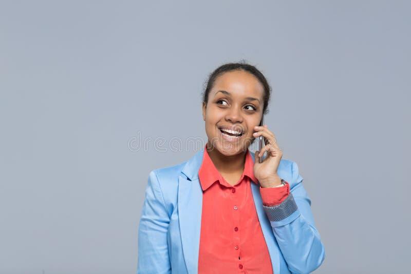 Jeune femme d'affaires heureuse parlante Looking To Copy de sourire d'appel téléphonique de cellules de femme d'affaires de fille photos stock