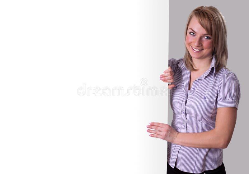 Jeune femme d'affaires heureuse présent le grand signe de vente photo libre de droits