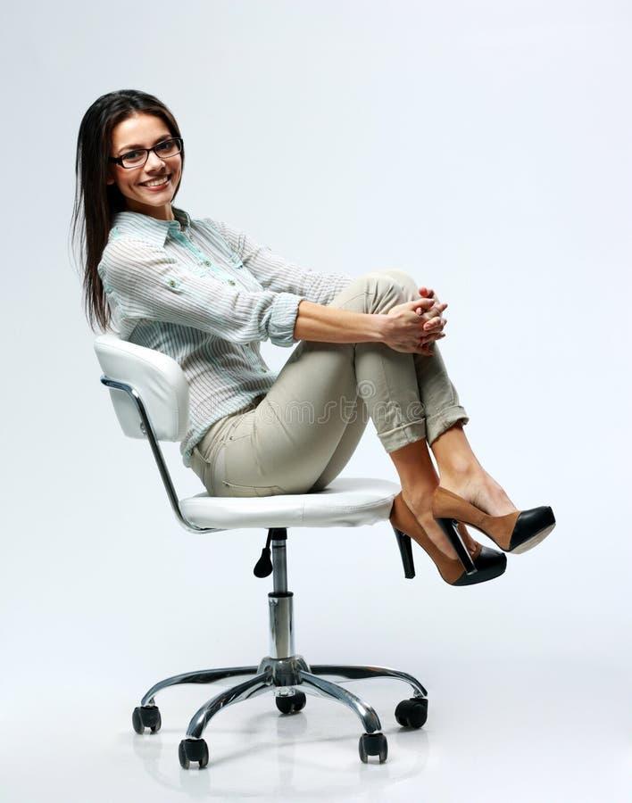 Jeune femme d'affaires heureuse s'asseyant sur la chaise images libres de droits