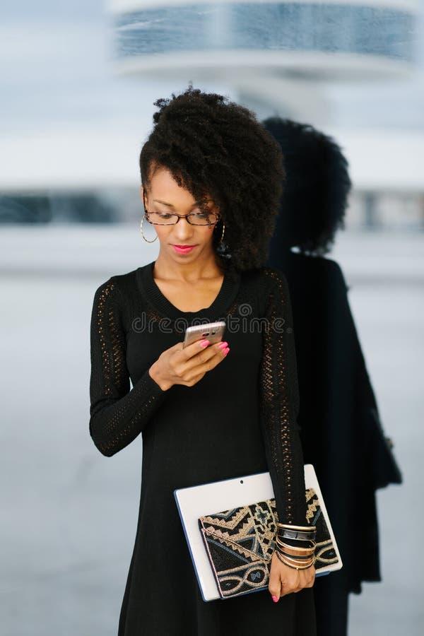 Jeune femme d'affaires ? la mode ? l'aide du t?l?phone portable photos libres de droits