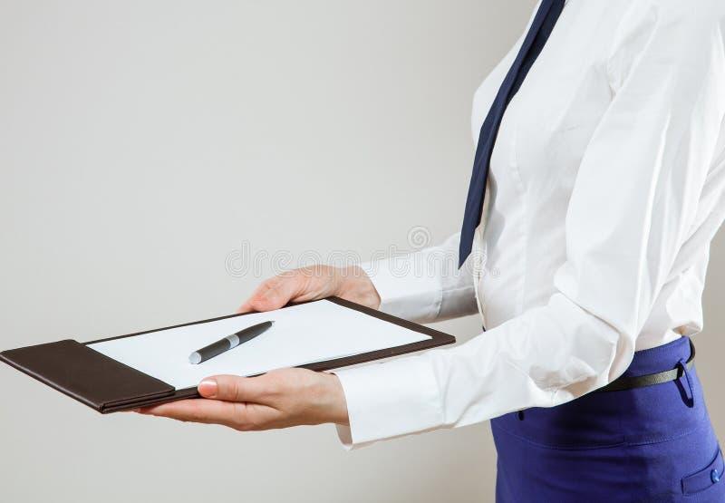 Jeune femme d'affaires méconnaissable offrant de signer des documents photos libres de droits