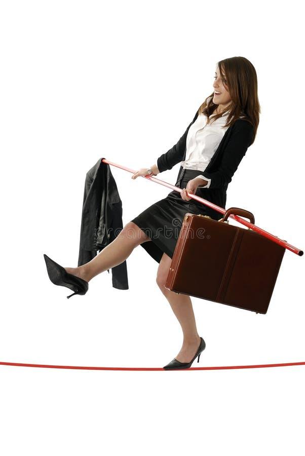 Jeune femme d'affaires marchant sur une corde raide photos libres de droits