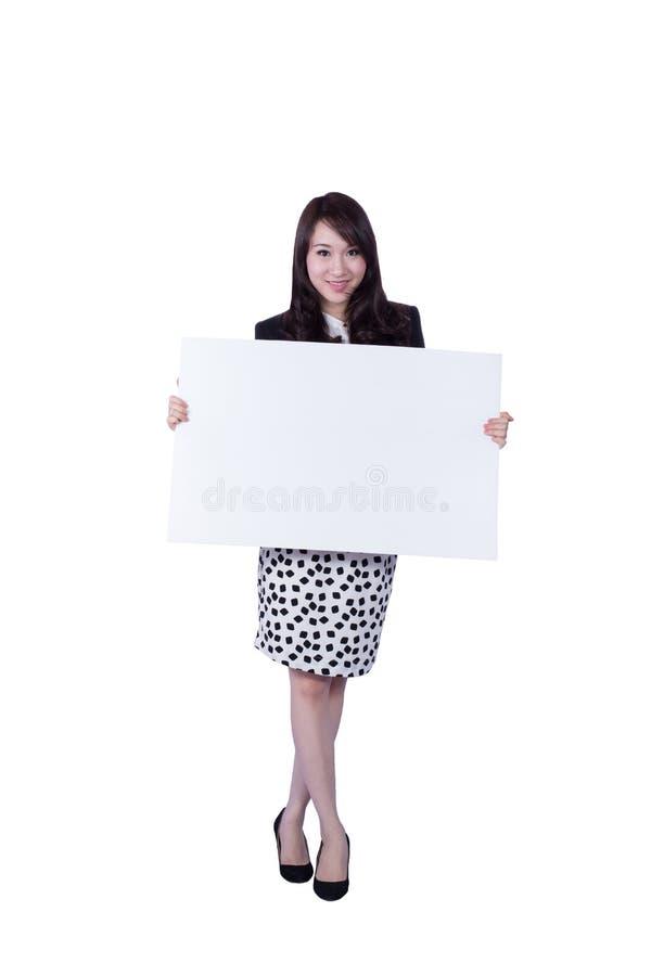 Jeune femme d'affaires montrant l'enseigne vide photos libres de droits